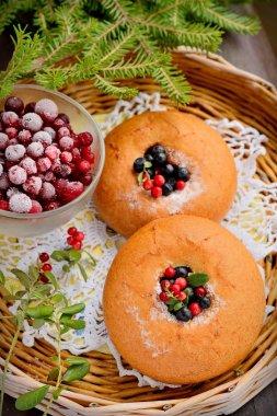 """Картина, постер, плакат, фотообои """"тарелка самодельных булочек с ягодами, подается на старом деревянном столе """", артикул 52183151"""