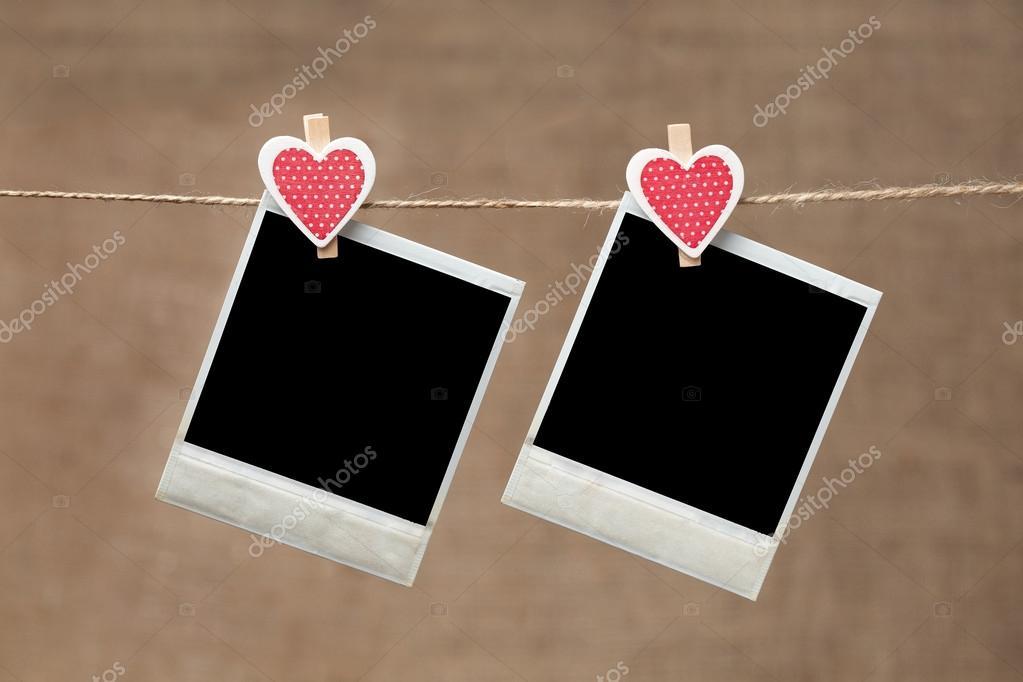 Dos marcos de fotos polaroid para el día de San Valentín en backgrou ...