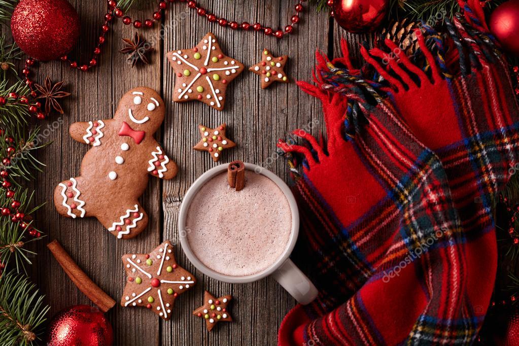 Tasse heiße Schokolade oder Kakao mit Lebkuchen und warmer Schal ...