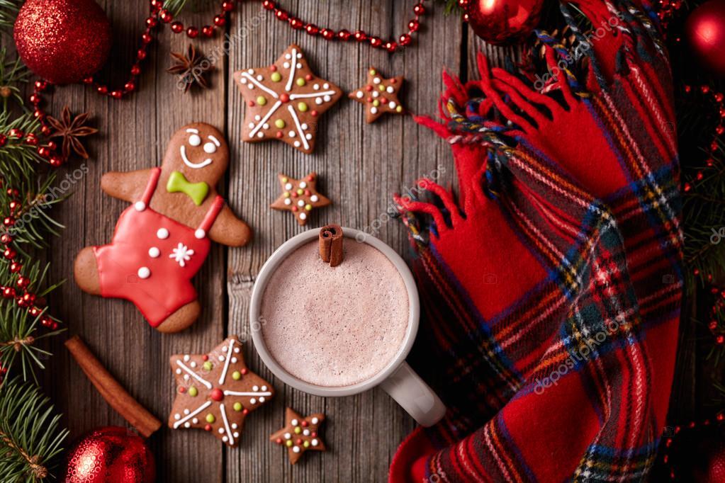 Tasse heiße Schokolade mit Lebkuchenmann, Sterne Cookies und warmer ...