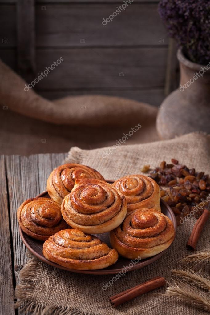Douce Brioche Cannelle rouleaux Noël danois délicieux dessert sur fond de  table en bois vintage. Kanelbullar suédois traditionnel, boulangerie  pâtisserie