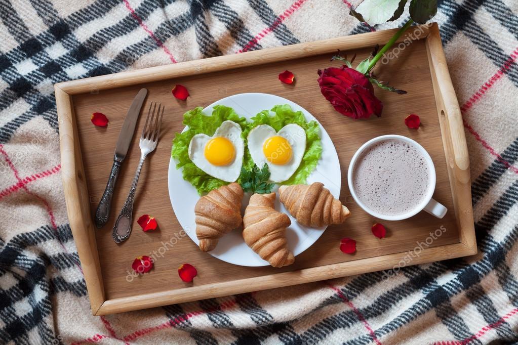petit d jeuner romantique au lit avec des ufs en forme de coeur de la salade des croissants. Black Bedroom Furniture Sets. Home Design Ideas