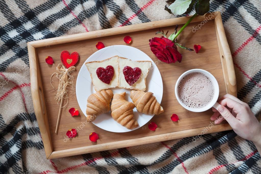 petit d jeuner romantique au lit avec fleur de rose et de p tales toasts de confiture en forme. Black Bedroom Furniture Sets. Home Design Ideas