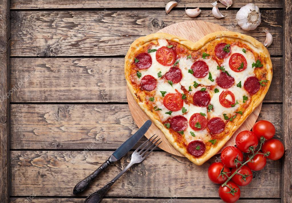 Herzformige Pizza Mit Peperoni Tomaten Und Mozzarella Auf Vintage