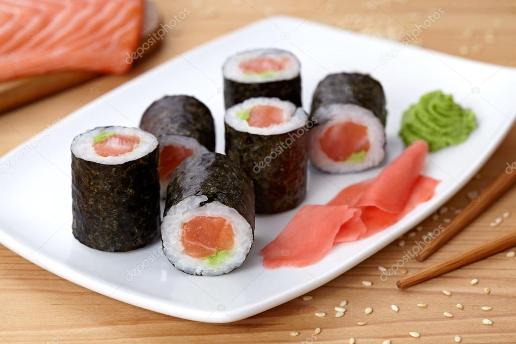 maki sushi roll mit lachs wasabi ingwer und nori algen. Black Bedroom Furniture Sets. Home Design Ideas