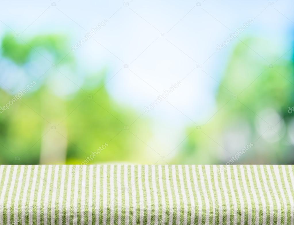 Leeren Sie grünen Streifen Tischdecke mit Sonne und verwischen ...