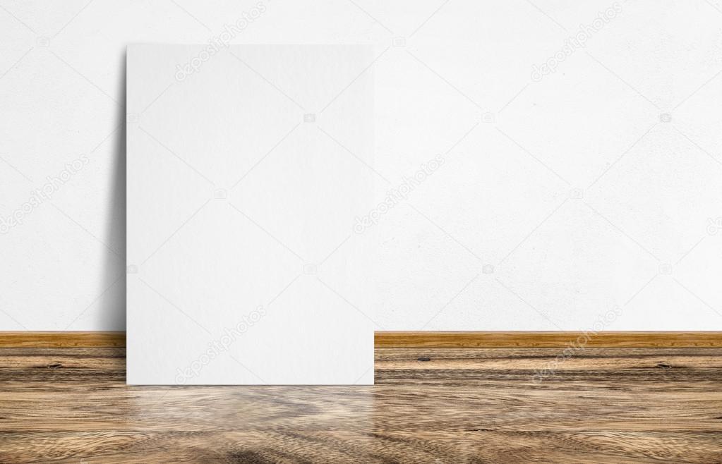 Witte poster leunend op rustieke houten vloeren en witte muren