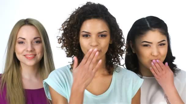 drei hübsche Mädchen blasen Küsse