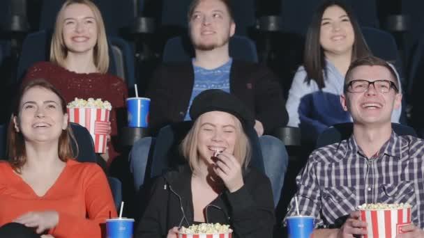 Sechs Freunde kamen, um Komödie zu sehen