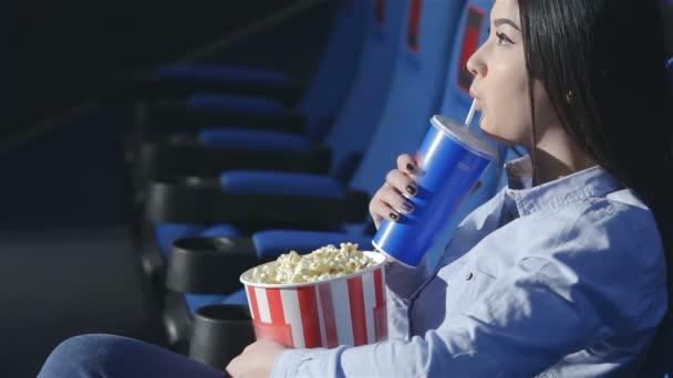 Ázsiai lány profil ivás szódás a moziban