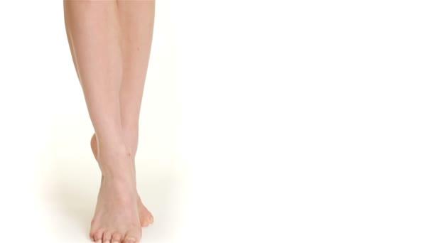 Zblízka ženské nohy stojí na špičkách