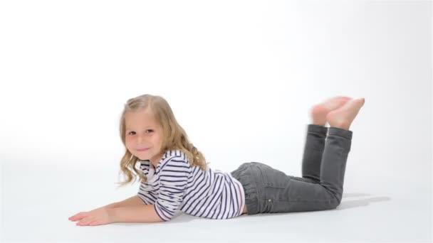 Női gyerek hinta a lábát