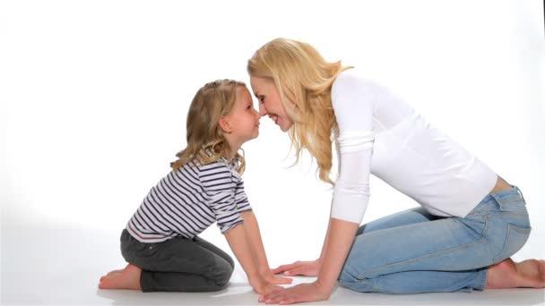 Dítě a matka se Eskymák polibek