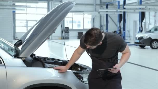 Mechanik zkoumá auto fender