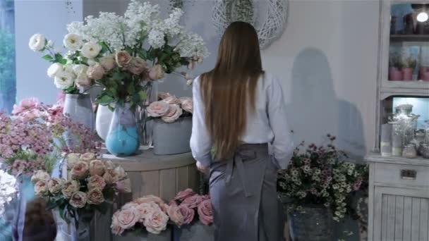 Přeuspořádá ženské květinářství květiny v květinářství
