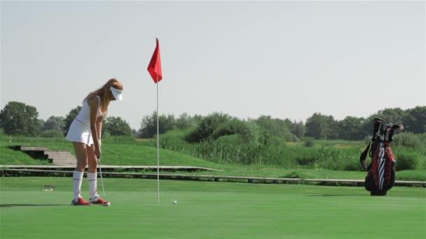 Žena se připravuje na uvedení v golf