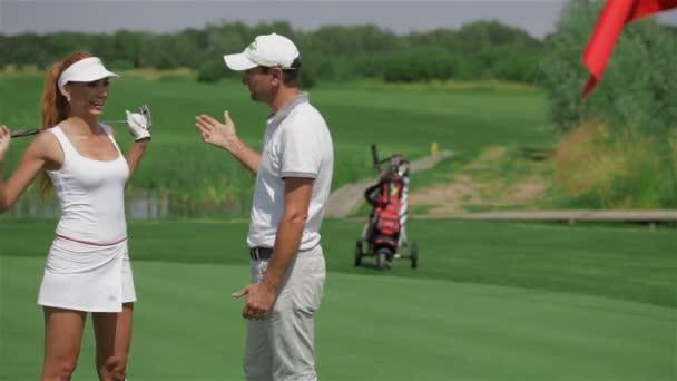 Instruktor řekne žena o golfu