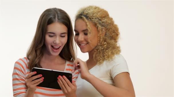 Dvě ženy držící tabletový počítač