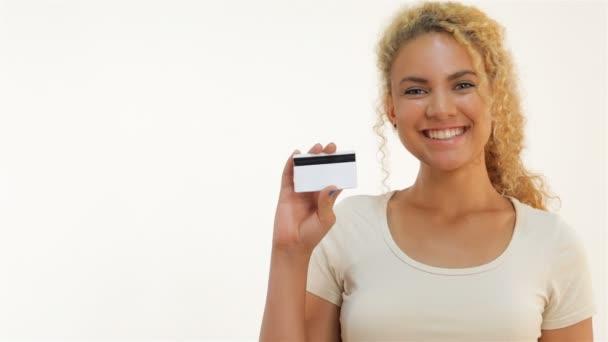 Zobrazit dívky mulat palce up s kreditní kartou