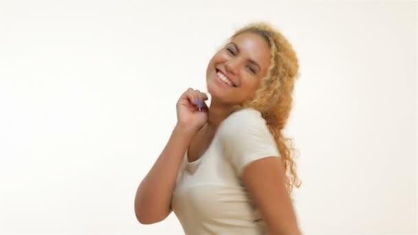 Šťastná radost žena slaví úspěšný křik