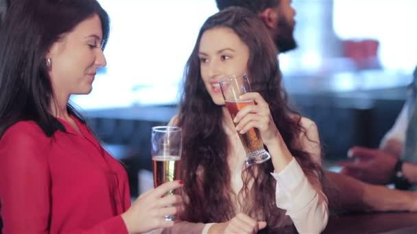 Dva roztomilý dívka přítelkyně brýle prsten a zobrazeno palec nahoru