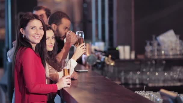 Csoport lányok és fiúk a bárban