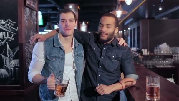 Dva staří přátelé v baru relaxovat