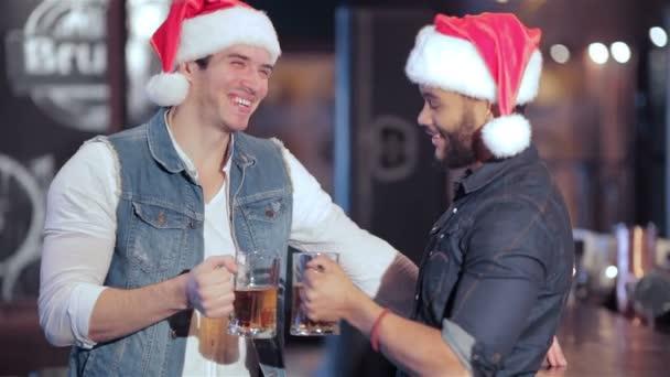 Dva kluci veselý Santa s brýlemi piva se usmívá na kameru