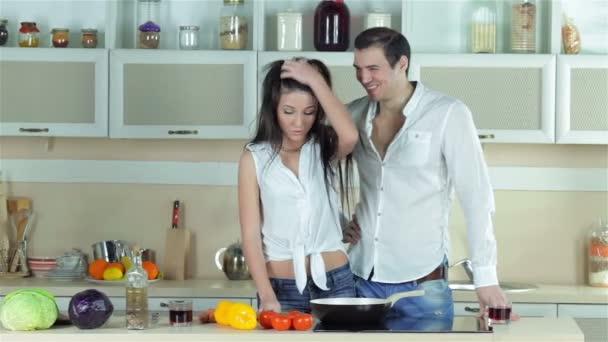Ehepaar bereitet Gemüseeintopf zu