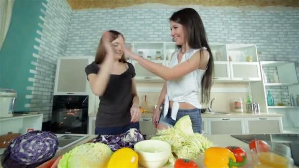 Děvčata Zdravím navzájem a plátek zelí na piknik