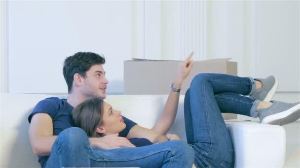Muž a žena objímala společně v bytě, prázdné