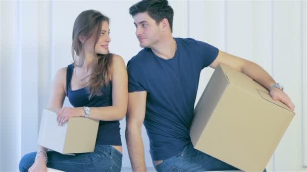 Muž a žena jsou stojící v prázdného bytu