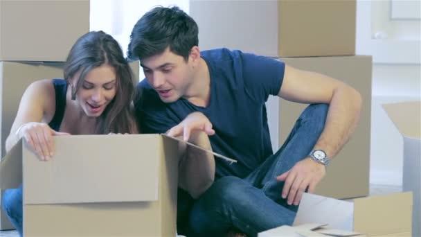 Pár v lásce vytáhne věci z krabice