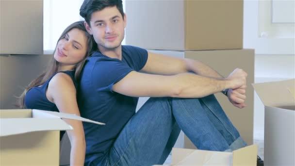 Paar Mädchen und der Typ, der auf dem Boden zwischen den Boxen sitzt