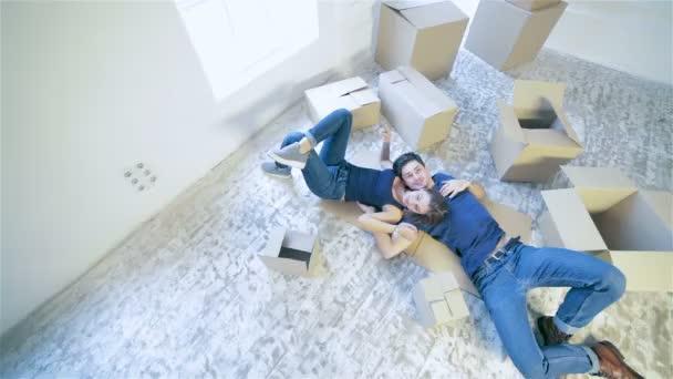 Pár holka a kluk leží na podlaze v objetí