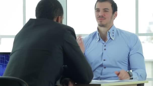 Nézd, egy kézfogás, miközben két sikeres üzletember