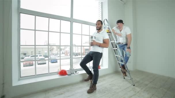 Dva mladí stavitelé postavit zobrazeno palce
