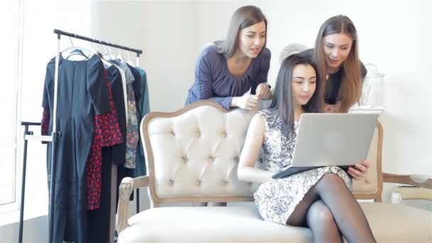 Girls shopaholics to shop online