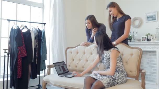 Shopaholics dívky nakupovat online