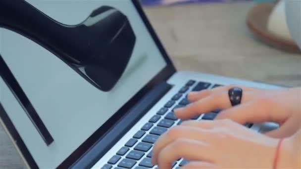 Dívka v přenosném počítači hledají módní styly