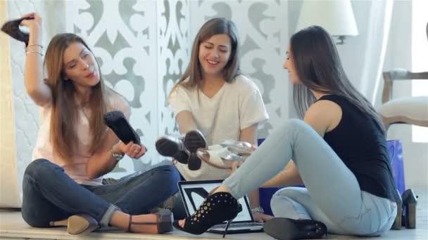 Három barátnő élvezte a divatos cipők