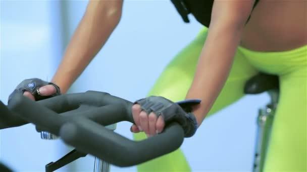 Detailní záběr rukou na simulátoru a sportovní bříško