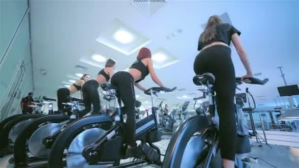 Skupina dívek atletky na stacionárním kole