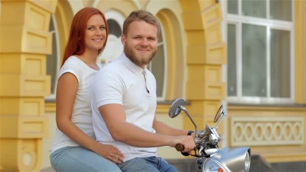 Atraktivní pár na koních vinobraní skútr