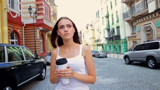 Dívka v městě s go cup