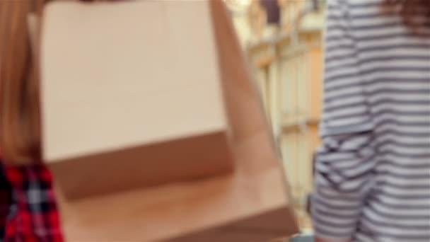 Atraktivní mladá žena s papírových sáčků
