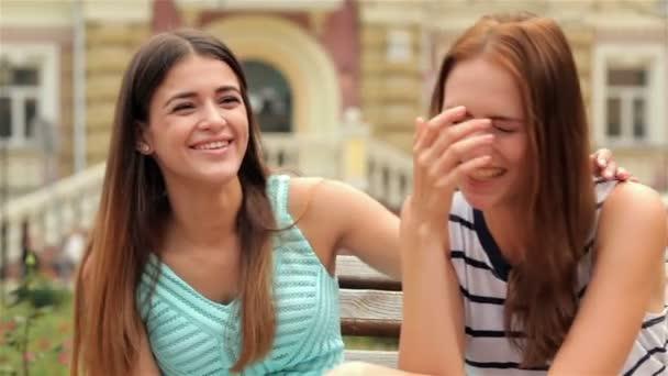 Csinos, fiatal nevető barátnők portréja