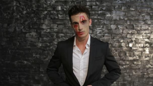 Vampir wischt das Blut weg