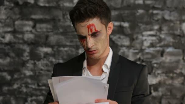 Vampir liest und zerreißt Papier vor Wut
