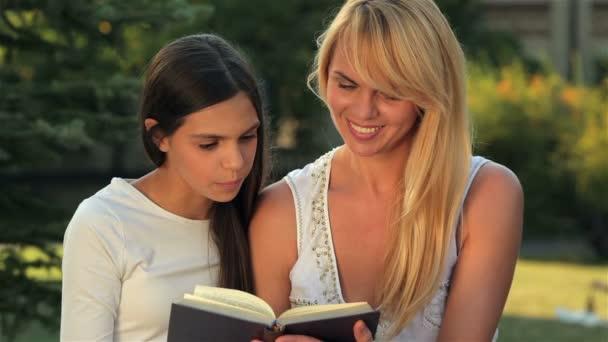 Lesen eines Buches auf einer Parkbank